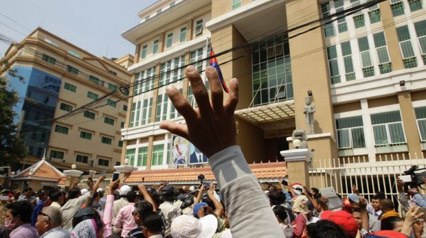 Kim Sok supporters stage a rally against a defamation case filed by PM Hun Sen after the political commentator blamed the government for the murder of political analyst, Kem Ley, last year. Photo: AP